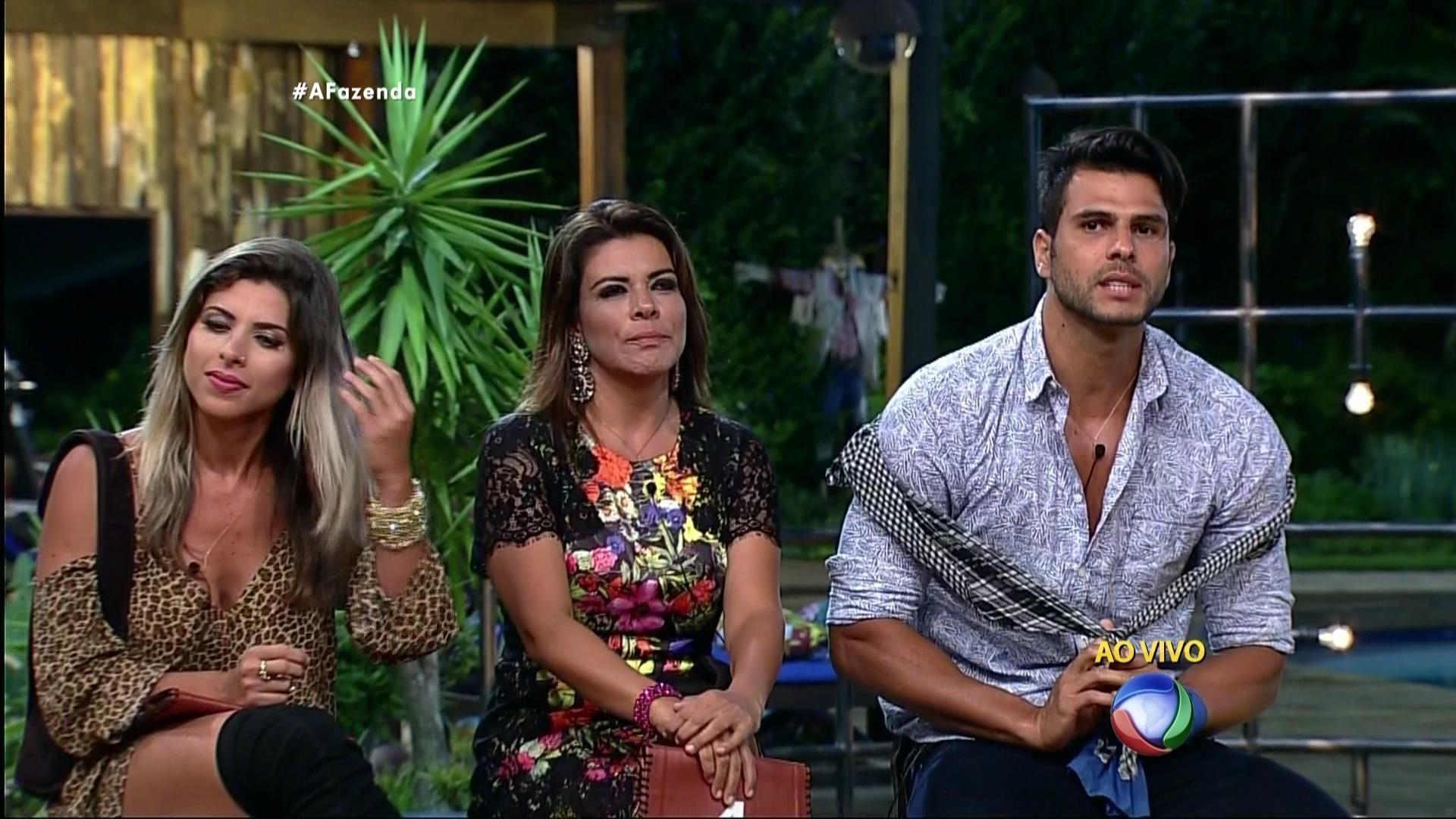 24.nov.2015 - Mara Maravilha escolheu Marcelo Bimbi para completar o trio na roça: