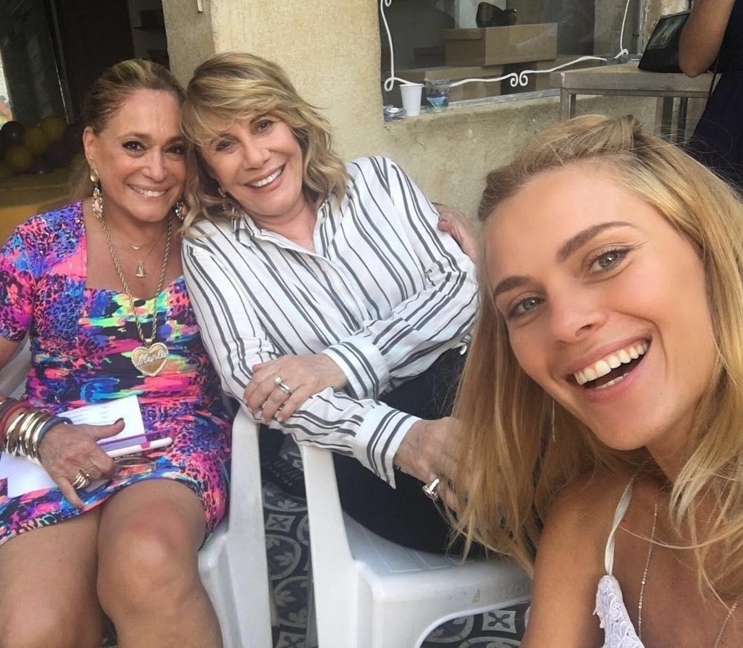 10.mar.2016 - Susana Vieira reencontrou Renata Sorrah e Carolina Dieckmann nos bastidores de