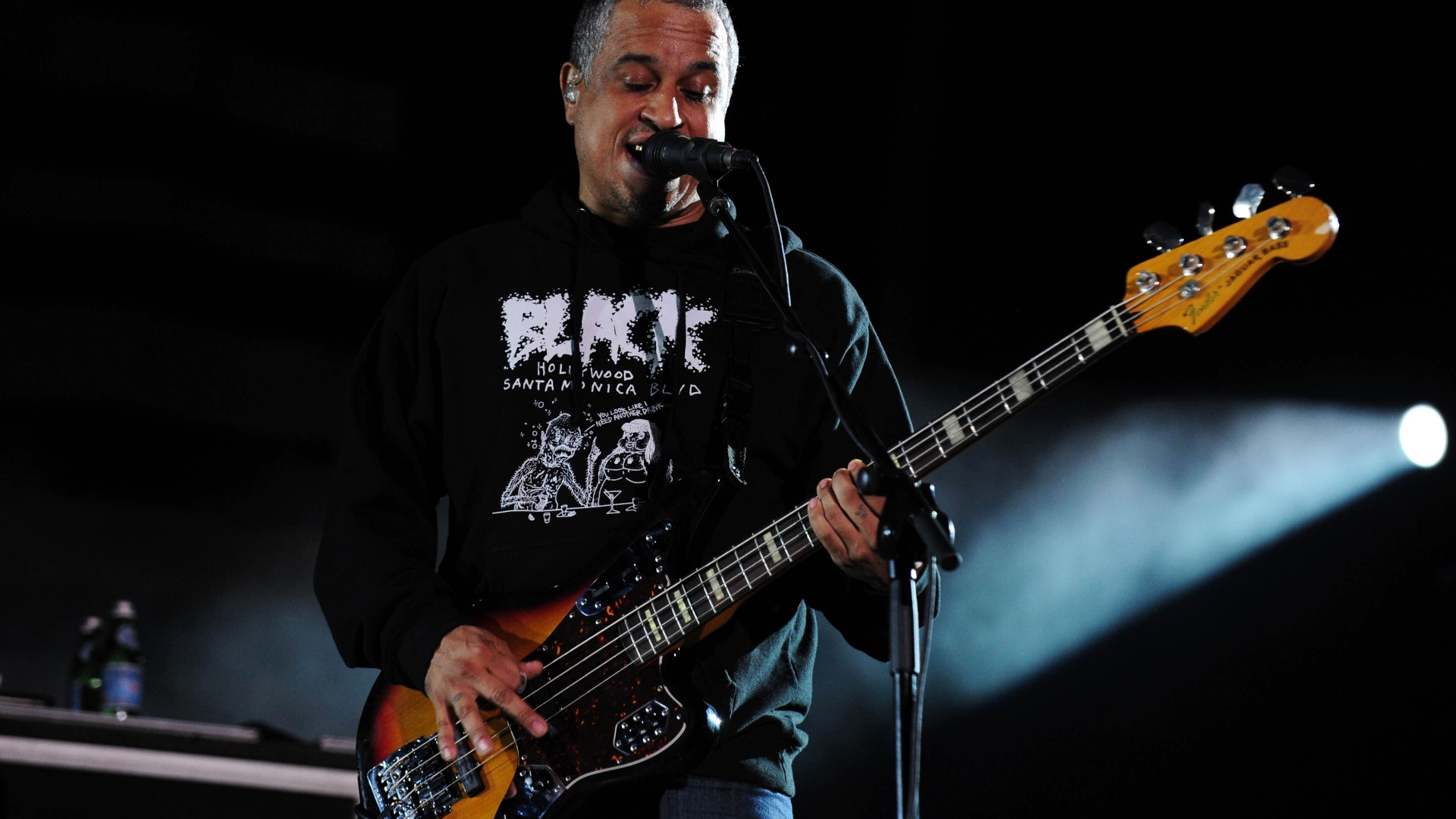 25.set.2015 - O baixista Sergio Vega durante show da banda Deftones em São Paulo