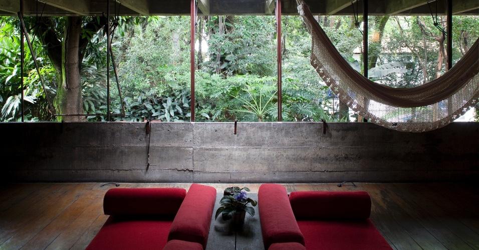 O rigor empregado na modulação do vigamento e dos caixilhos é marcante no projeto da casa Butantã, projetada por Paulo Mendes da Rocha. A superfície envidraçada permite a visualização da paisagem urbana. No teto, a claraboia possibilita a entrada de luz natural no estar com decoração comedida