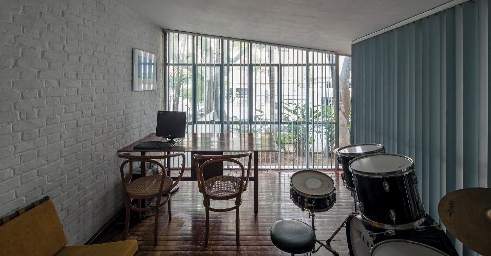 Do antigo escritório, com fechamento em vidro, é possível observar toda a movimentação da casa, exceto quando a persiana vertical está fechada. A inclinação da cobertura é um dos destaques da Casa do Arquiteto, projetada por João Batista Vilanova Artigas (1915-1985), que faria 100 anos em 23 de junho de 2015