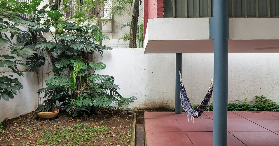 O pátio é um espaço disputado na Casa do Arquiteto, projetada por João Batista Vilanova Artigas, em 1949. Não apenas pela presença da rede pendurada nas colunas, mas pela integração com o exterior. Sob o volume do escritório, o terraço, com piso em cimento queimado vermelho, simboliza a liberdade da arquitetura praticada por Artigas