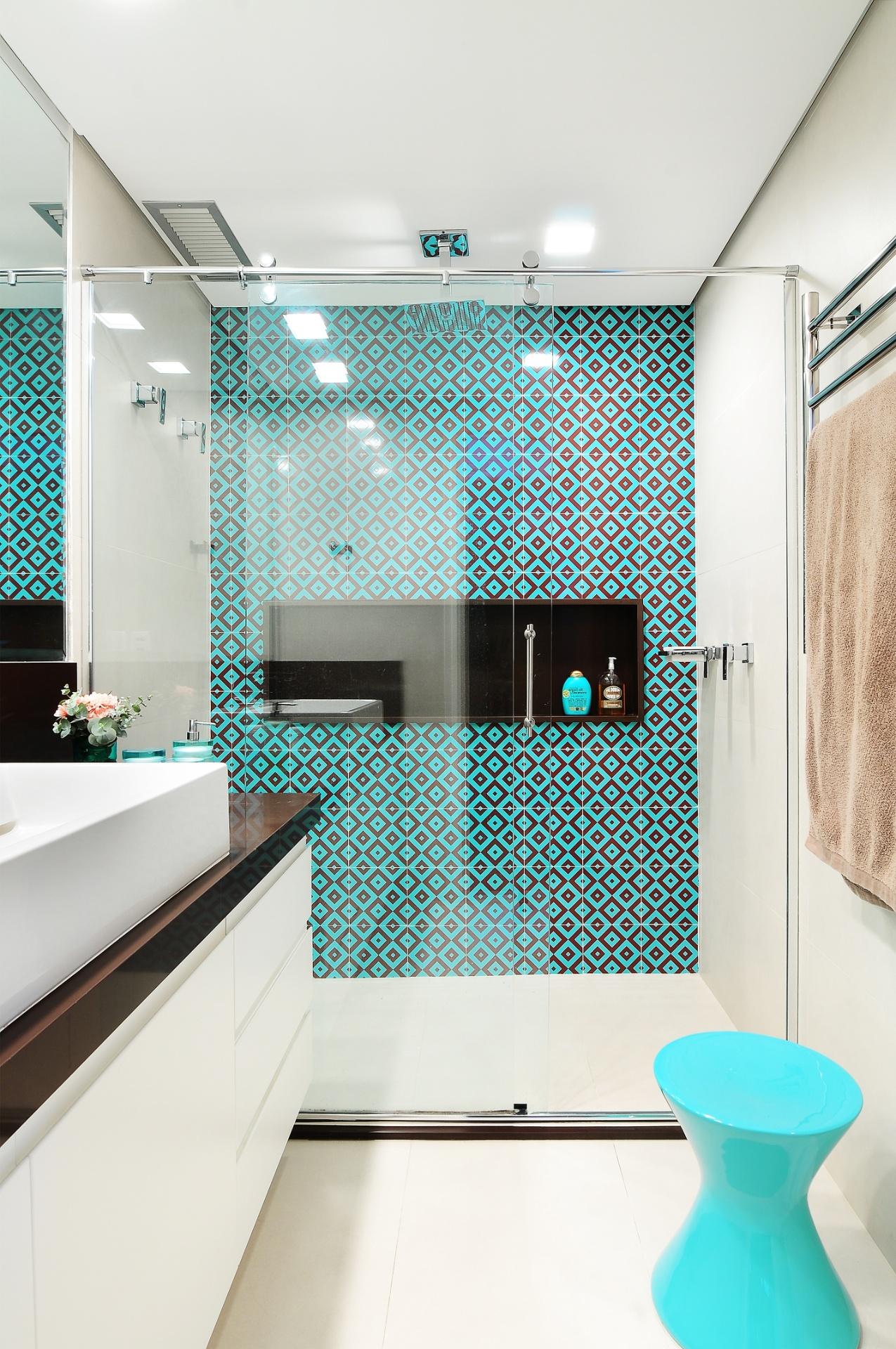 banheiro da suíte do apê Jardim Marajoara foi revestido por azulejos  #2BA0A0 1275x1920 Banheiro Azulejo Azul