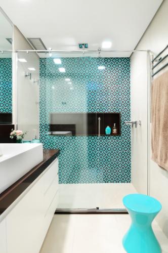 O banheiro da suíte do apê Jardim Marajoara foi revestido por azulejos turquesa (20 cm X 20 cm) da Portobello e porcelanato
