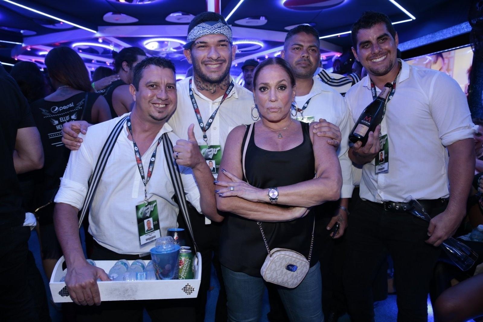 26.set.2015 - No Rock in Rio, Susana Vieira posa com garçons e faz 'carão'