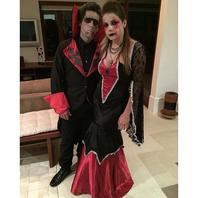31.out.2015 - Nívea Stelmann caprichou no figurino para uma festa de Halloween neste sábado (31). Pouco antes de sair de casa, a atriz fez questão de registrar o momento em que aparece fantasiada de vampira ao lado do marido, Bruno Rocha, de Conde Drácula.