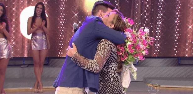 Viviane Araújo aceita pedido de casamento feita por namorado ao vivo