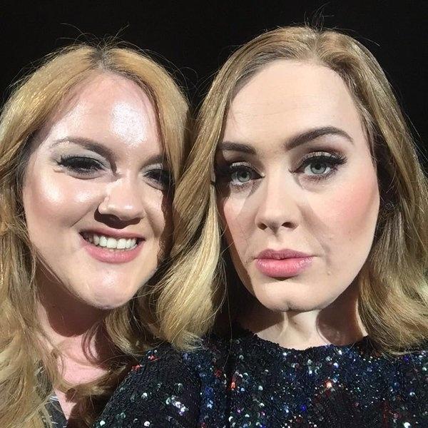 Adele e a fã Emily Bamforth brincam com a semelhança em foto durante show