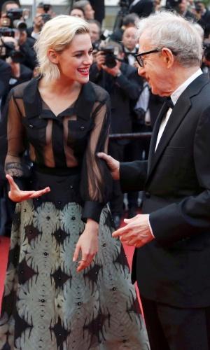 11.mai.2016 - Kristen Stewart conversa com Woody Allen no tapete vermelho de Cannes antes da cerimônia de abertura do festival de cinema. A jovem atriz é uma das protagonitas de