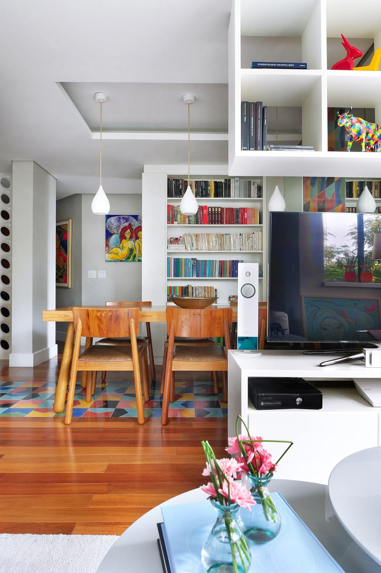 Área social integrada tem como ponto central a TV, que serve estar e jantar. O projeto de interiores para o apê Jardim Marajoara é assinado por Ana Yoshida