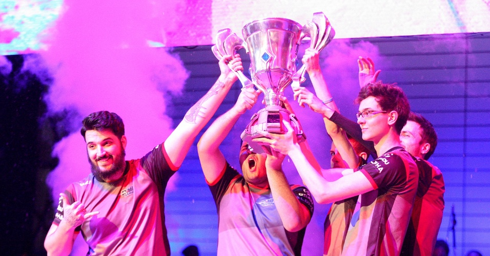A paiN Gaming comemora o título no Campeonato Brasileiro de