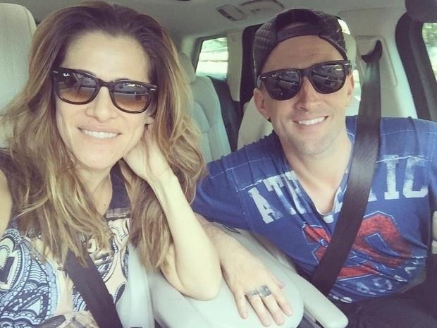 22.dez.2015 - Ingrid Guimarães passou a tarde desta terça-feira (22) com o amigo Paulo Gustavo, que casou no último domingo com o dermatologista Thales Bretas e brincou com o recém-casado: