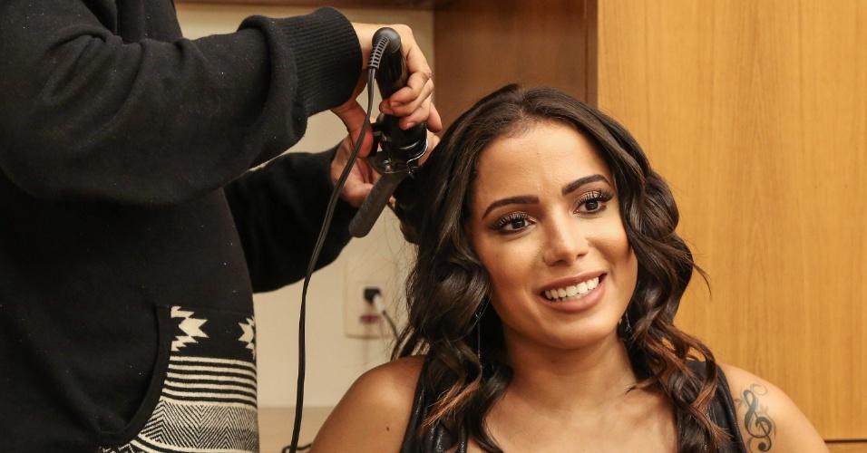 Após o lançamento para a imprensa, Anitta se arrumava para o próximo evento do dia e dava entrevistas individuais a jato