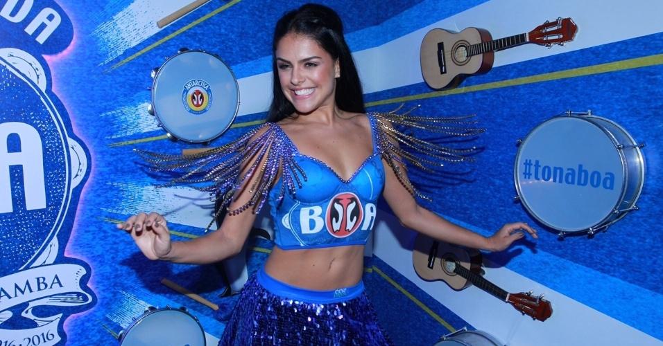 8.fev.2015 - Depois de estrear como rainha de bateria da Grande Rio no domingo (7), Paloma Bernardi surge à vontade e sorridente em camarote na Marquês de Sapucaí