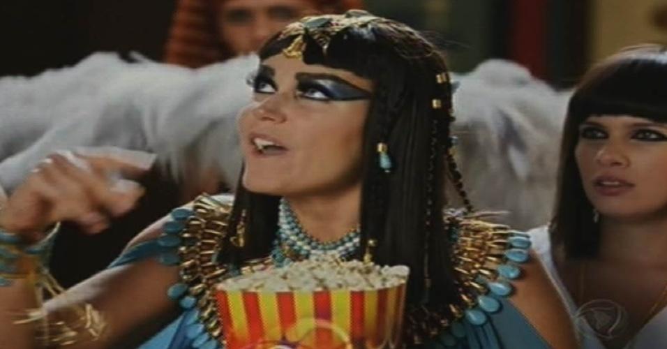 """17.ago.2015 - Vestida de egípcia, Xuxa participa de uma cena da novela """"Dez Mandamentos"""" em sua estreia na Record"""