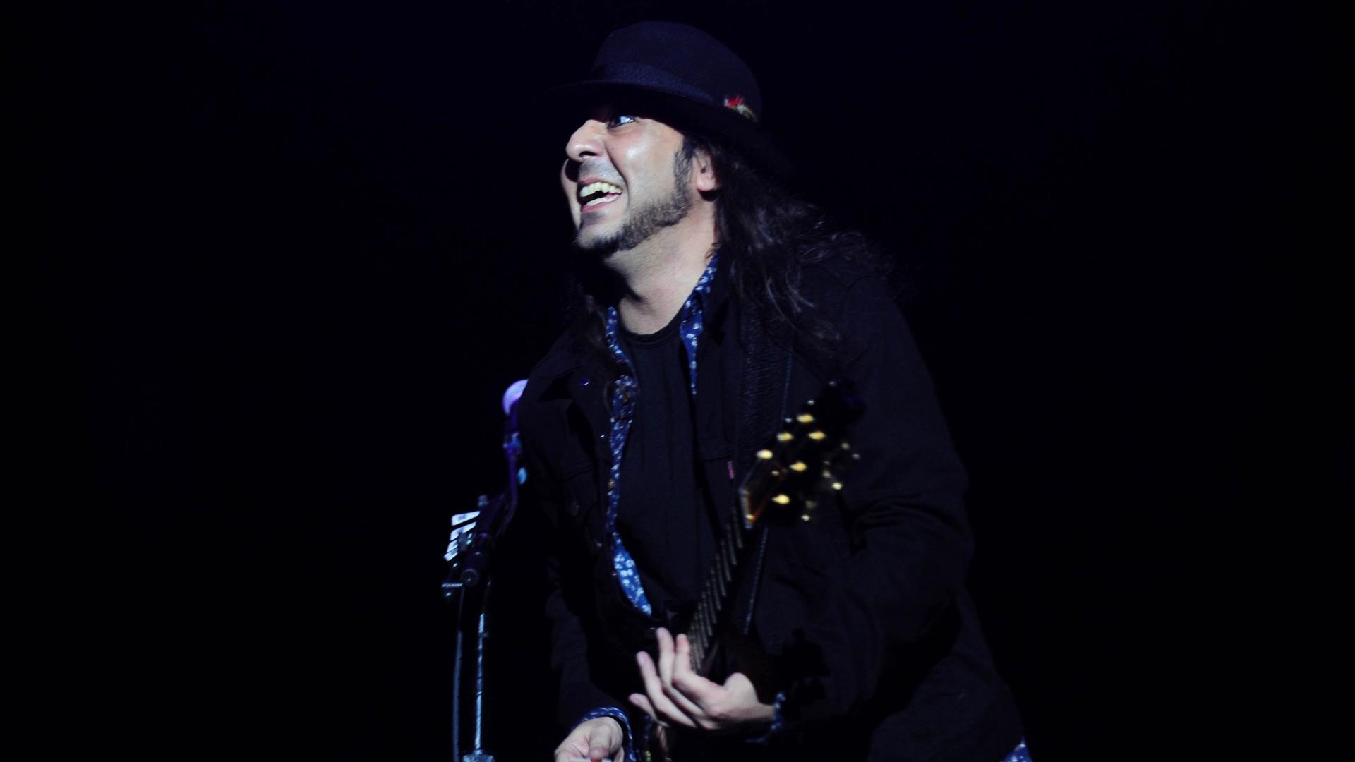 25.set.2015 - O guitarrista Daron Malakian da banda de metal americana System of a Down durante show que fez na Arena Anhembi, em São Paulo