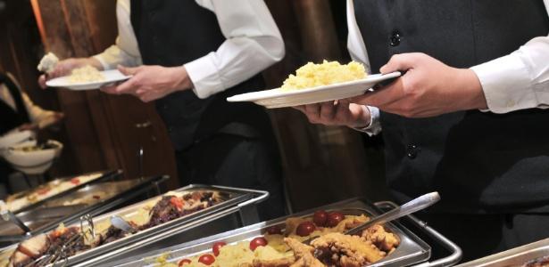 Prestadores de serviço devem consumir a mesma comida que é servida aos convidados