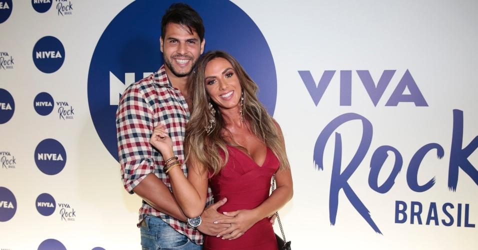 15.mar.2016 - O casal Nicole Bahls e Marcelo Bimbi chega ao Vivo Rio, no Rio de Janeiro, para o festival Nivea Viva o Rock