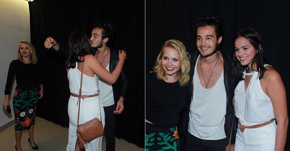 20.jan.2016 - Bruna Marquezine e Letícia Collin posam com Tiago Iorc em show dele no Teatro Bradesco, no Rio de Janeiro