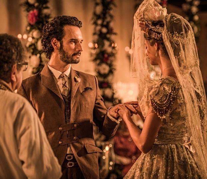 Afrânio (Rodrigo Santoro) e Leonor (Marina Nery) se casam em cerimônia religiosa celebrada por padre Romão (Umberto Magnani) em