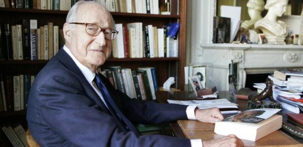 O escritor e historiador francês Alain Decaux, em foto tirada em 3 de abril de 2006, em sua casa em Paris. O escritor morreu aos 90 anos