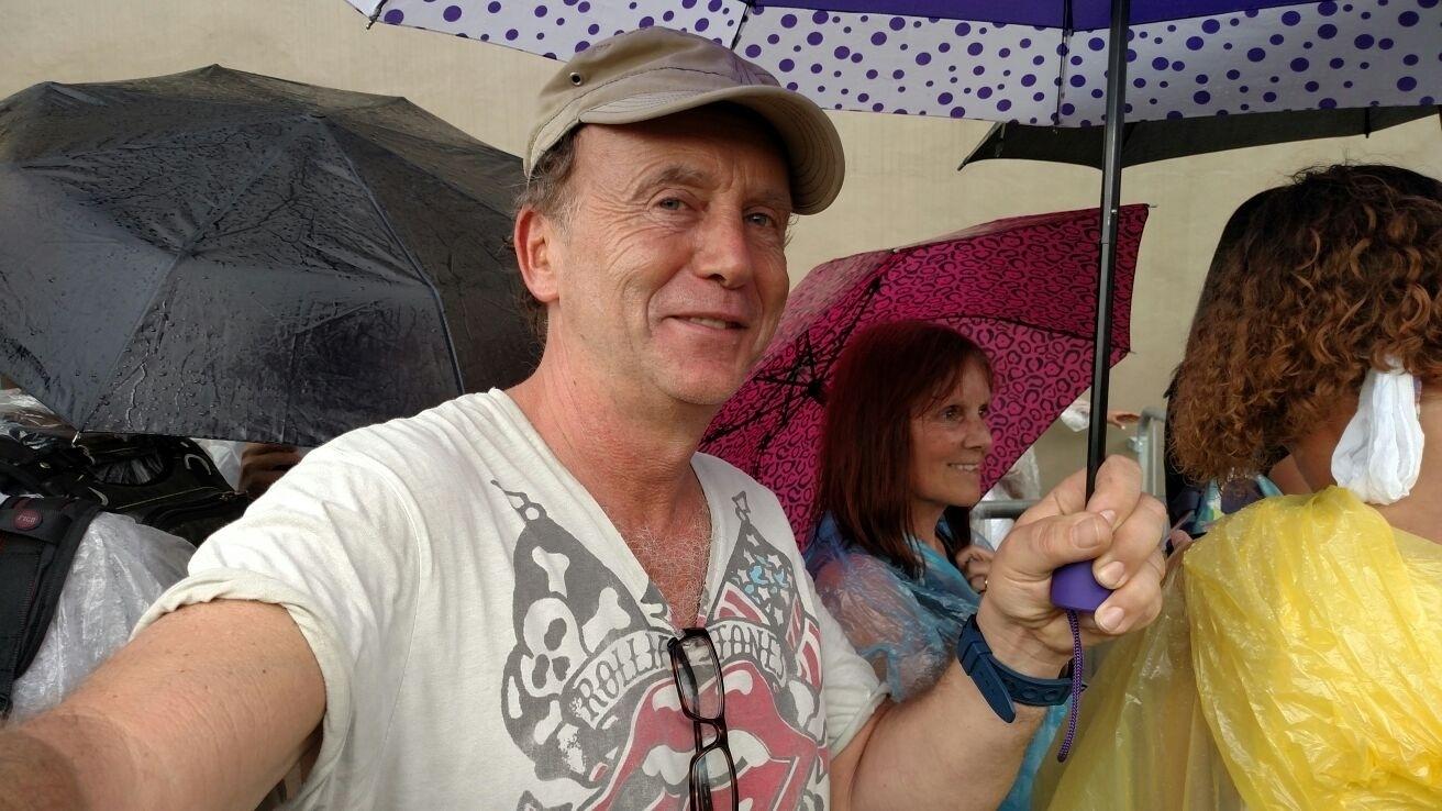 24.fev.2016 - O alemão Holger, de 54 anos, veio de Colônia para o Brasil só para acompanhar os Rolling Stones. Ele já acompanhou o show do Rio de Janeiro, no último sábado, e vai assistir os outros três shows da banda no país (2 em SP e o último em Porto Alegre). Holger disse já ter visto mais de cem shows da banda pelo mundo e ficará na pista VIP no Morumbi.