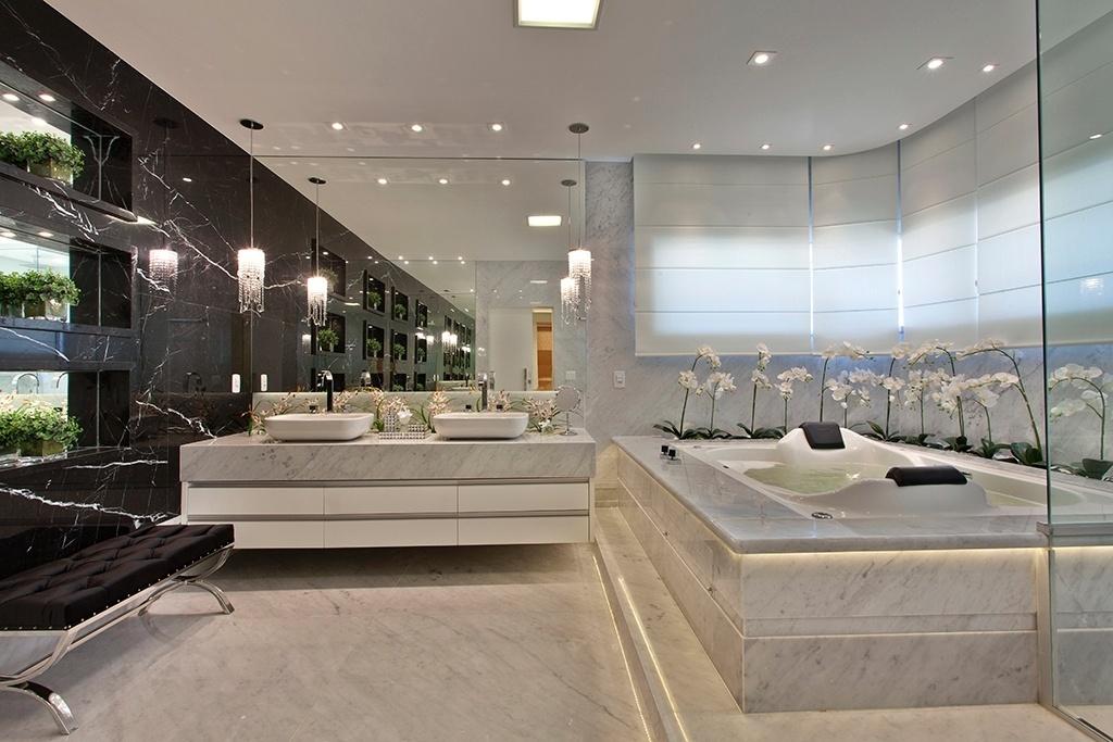 Preto e branco - O requinte do mármore Carrara dá o tom deste projeto assinado pelo arquiteto Aquiles Nícolas Kílaris, construído no interior de São Paulo. Destacam-se, ainda, o painel de mármore preto (Nero Marquina) com nichos espelhados (à esq.) e o jardim de orquídeas que envolve parte da banheira de hidromassagem (à dir.)