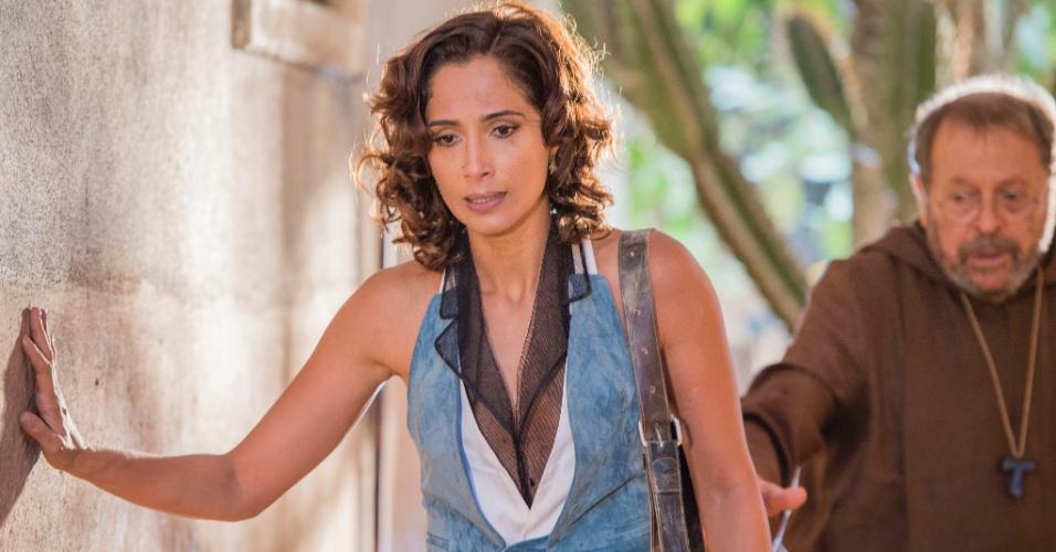Padre Benício (Carlos Vereza) tenta acalmar Tereza (Camila Pitanga) após discutir com Luzia (Lucy Alves)