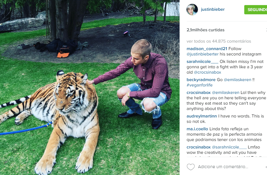 03.mai.2016 - Justin Bieber posa com tigre de bengala acorrentado e é criticado