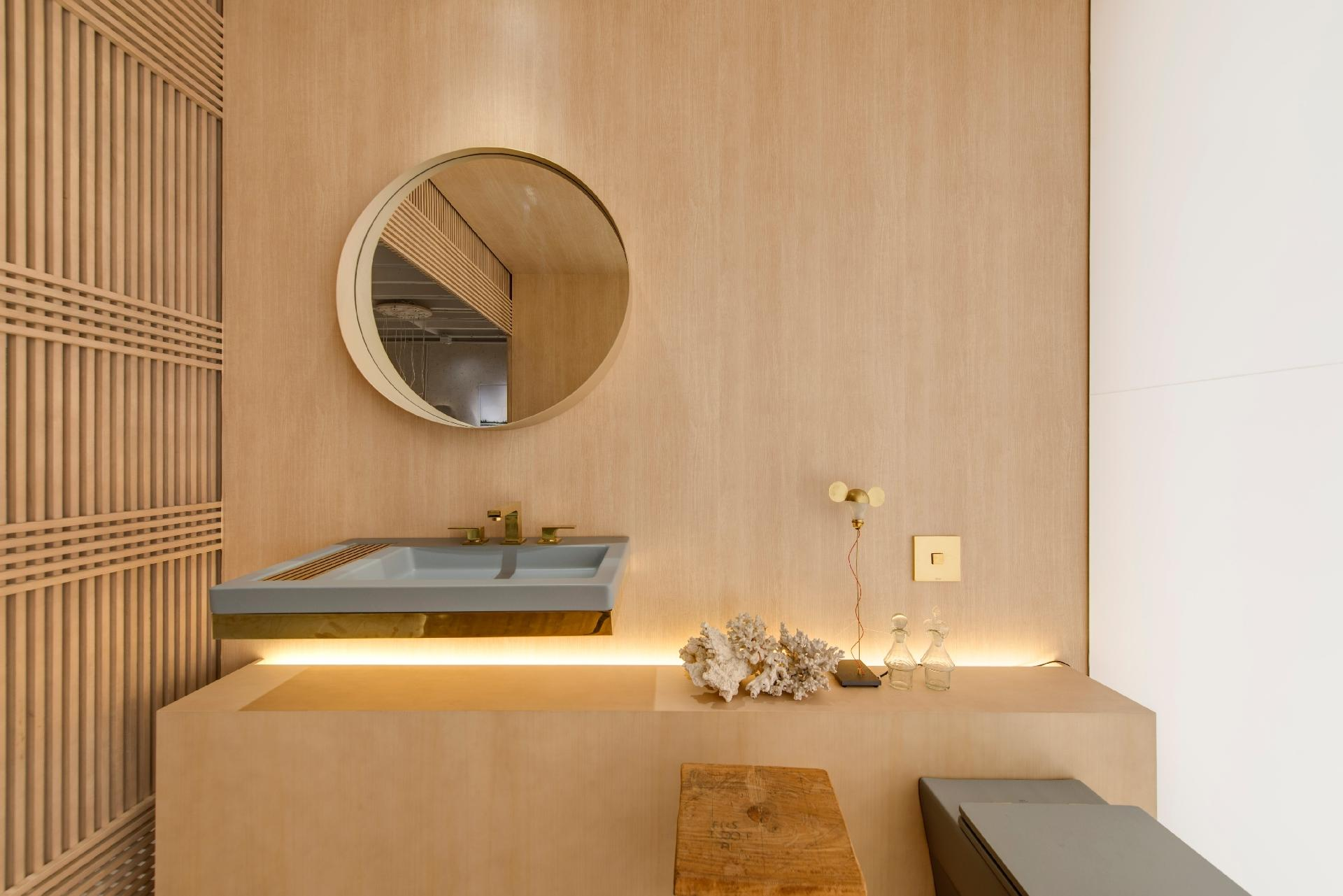 assinado pelo escritório Yamagata é treliçada e feita em madeira  #6E4921 1920x1281 Banheiro Bege E Madeira