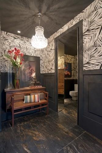 Érico Monteiro dá uma ideia de como aplicar estampas nas paredes de maneira bonita e equilibrada. Nos Banheiros Públicos da Casa Cor Ceará, o arquiteto revestiu as superfícies com tecido tropical preto e branco e combinou