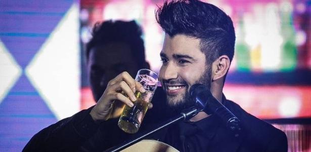 Gusttavo Lima toma cervejinha em show; álcool é tema recorrente no sertanejo