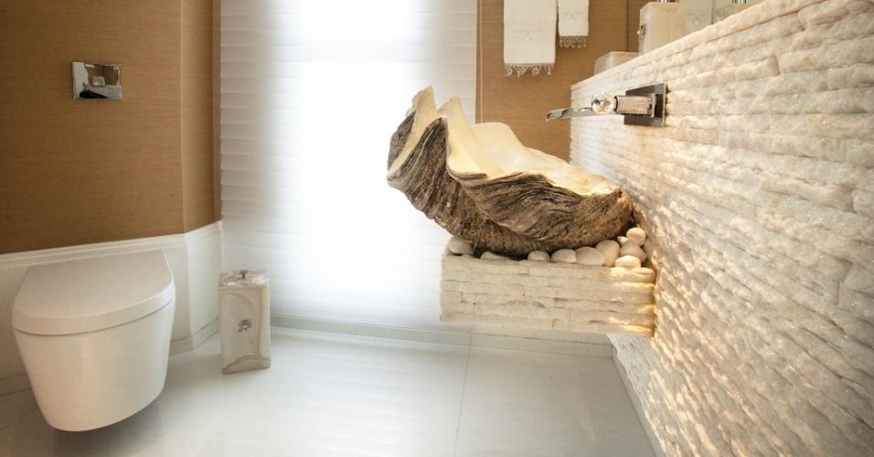 uol decoracao lavabo:Parte das paredes do lavabo é revestida com palha sintética
