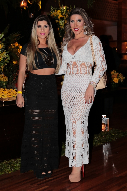 26.jul.2015 - As irmãs Ana Paula (esq) e Tati Minerato comparecem à festa de aniversário de Joe Jackson, pai de Michael Jackson, em São Paulo