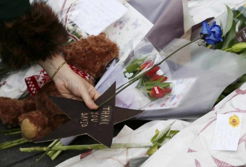11.jan.2015 - Fã deixa homenagens a David Bowie em um memorial em Brixton, Londres