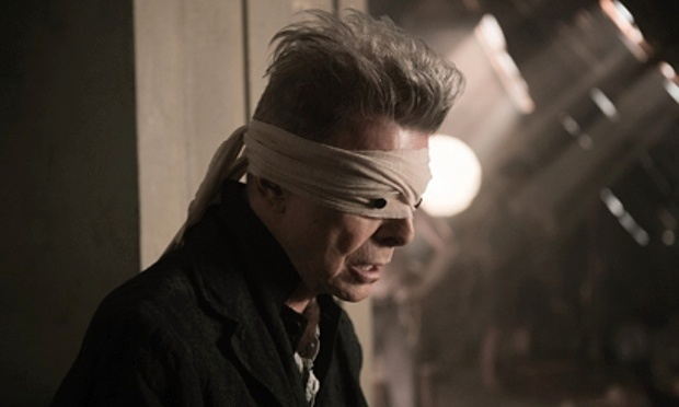 Davie Bowie em cena do videoclipe de