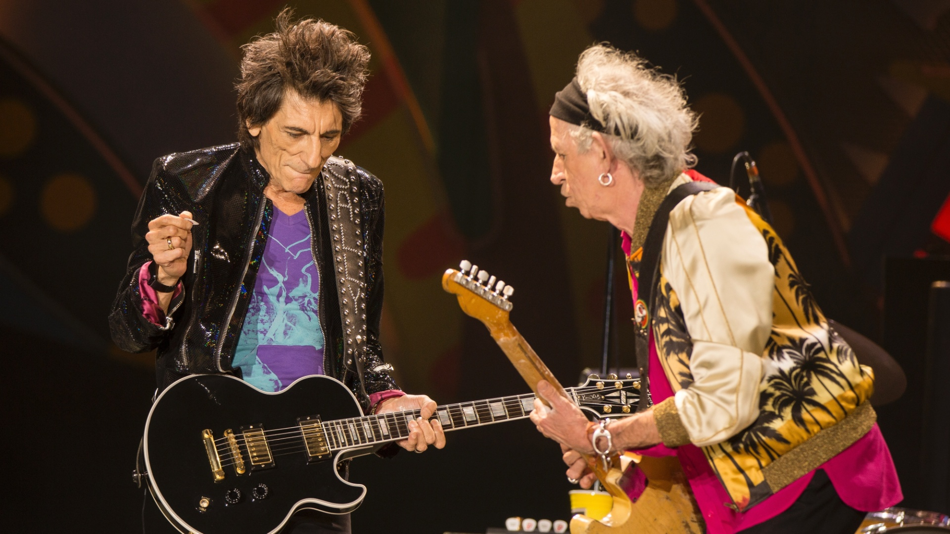 03.fev.2016 - Ron Wood e Keith Richards agitaram o público em Santiago, no Chile