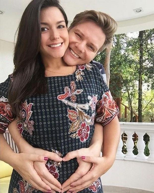 Thais Ferzosa e Michel Teló estão radiantes com a chegada da primeira filha do casal