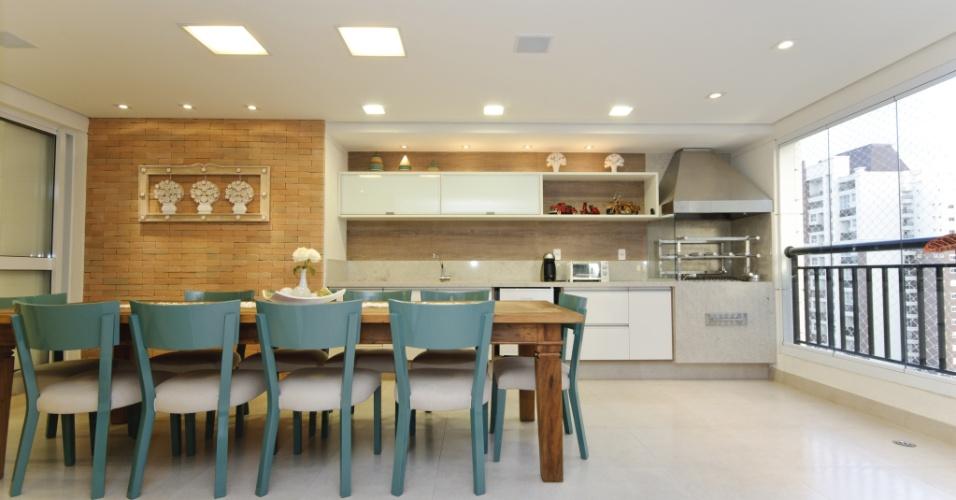 Assinada por Erica Salguero, a varanda gourmet com 41 m² foi projetada para ser um ambiente aconchegante e com ares rústicos. Na composição, o destaque fica por conta dos tijolos aparentes e do mobiliário de madeira