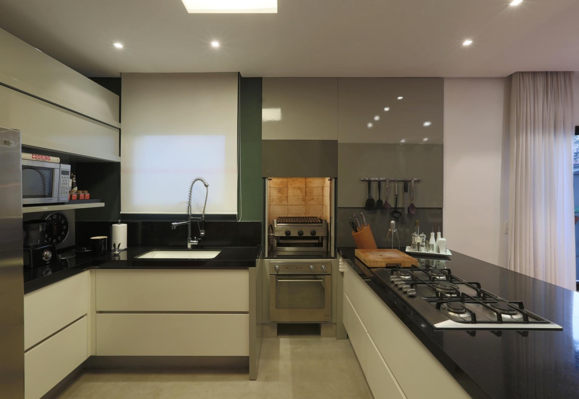 Na cozinha a cuba (à esq.) de Corian é grande (70 cm x 40 cm) e tem  #4B5E80 1920 1325