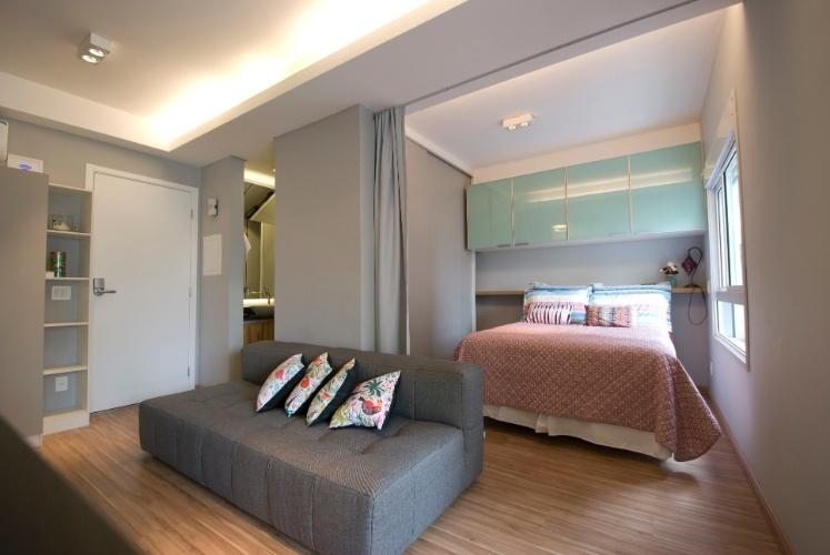 Sala De Estar Cinza E Madeira ~ à sala de estar, o quarto possui um guardaroupa cinza, com portas de