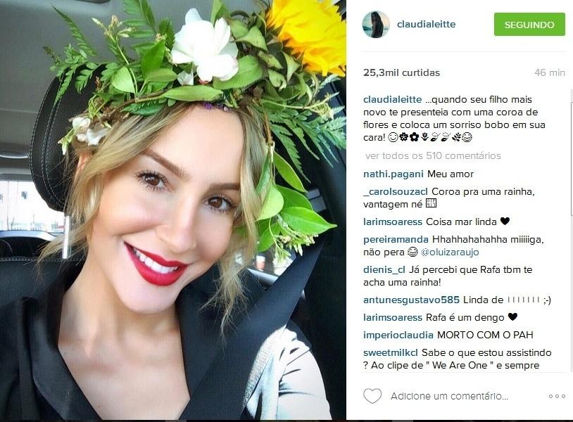 """15.abr.2016- Claudia Leitte ganha coroa de flores do caçula Rafael, de 3 anos: """"Quando seu filho mais novo te presenteia com uma coroa de flores e coloca um sorriso bobo em sua cara"""", escreveu a cantora no Instagram"""