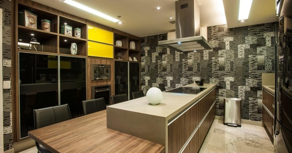 Fugindo das cerâmicas e porcelanatos, esta cozinha ganha em contemporaneidade ao abrigar a decoração que cria um jogo de contraste entre a rusticidade da madeira e a modernidade adesivo com grafismos. A proposta é da arquiteta Adriana Di Garcia
