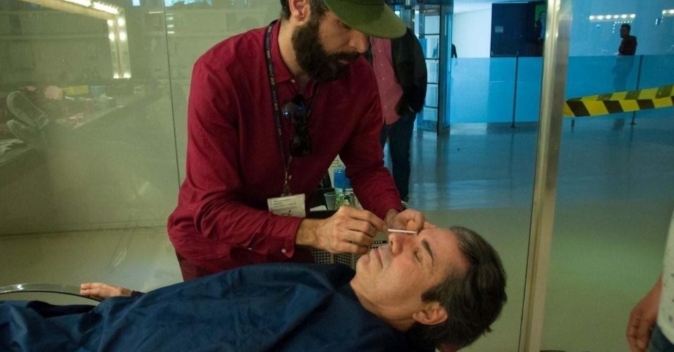 27.jun.2016 - O apresentador João Kléber se prepara para interpretar dona Lalá, personagem inspirada em uma fã, no programa