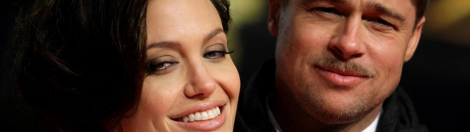 19.jan.2009 - Brad Pitt e Angelina Jolie posam no tapete vermelho da estreia alemã do filme
