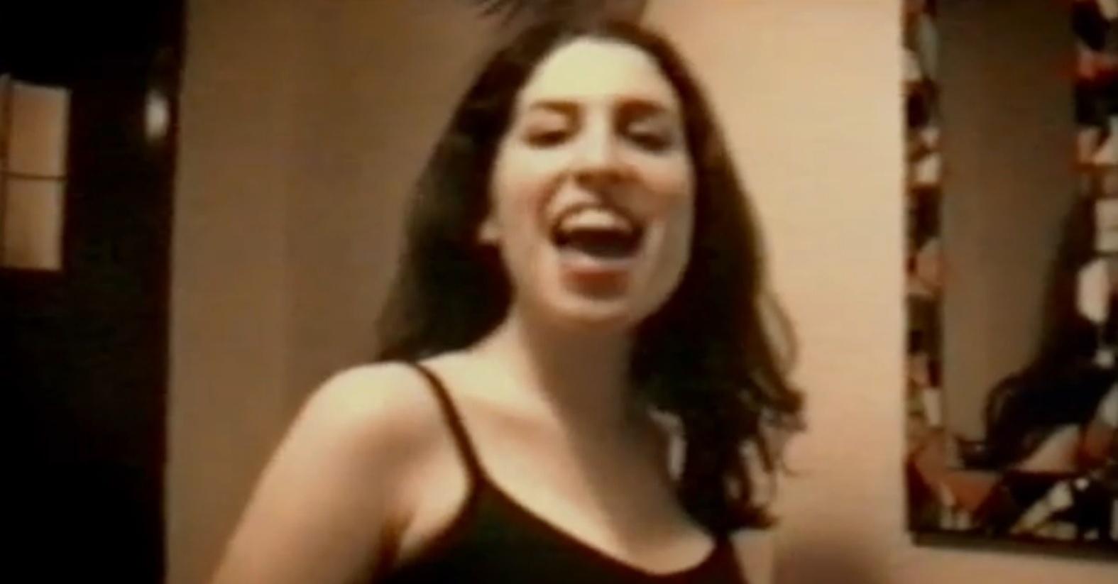 Reprodução de um vídeo caseiro com Amy Winehouse aos 14 anos cantando