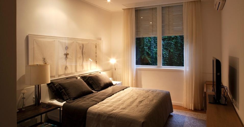O dormitório do casal é simples e sofisticado: as tonalidades neutras reforçam a elegância dada pelas texturas e materiais, como o linho e a madeira. O projeto original, de 1944, leva a assinatura de Vilanova Artigas e a reforma e a decoração atuais são de responsabilidade do arquiteto Arthur Casas