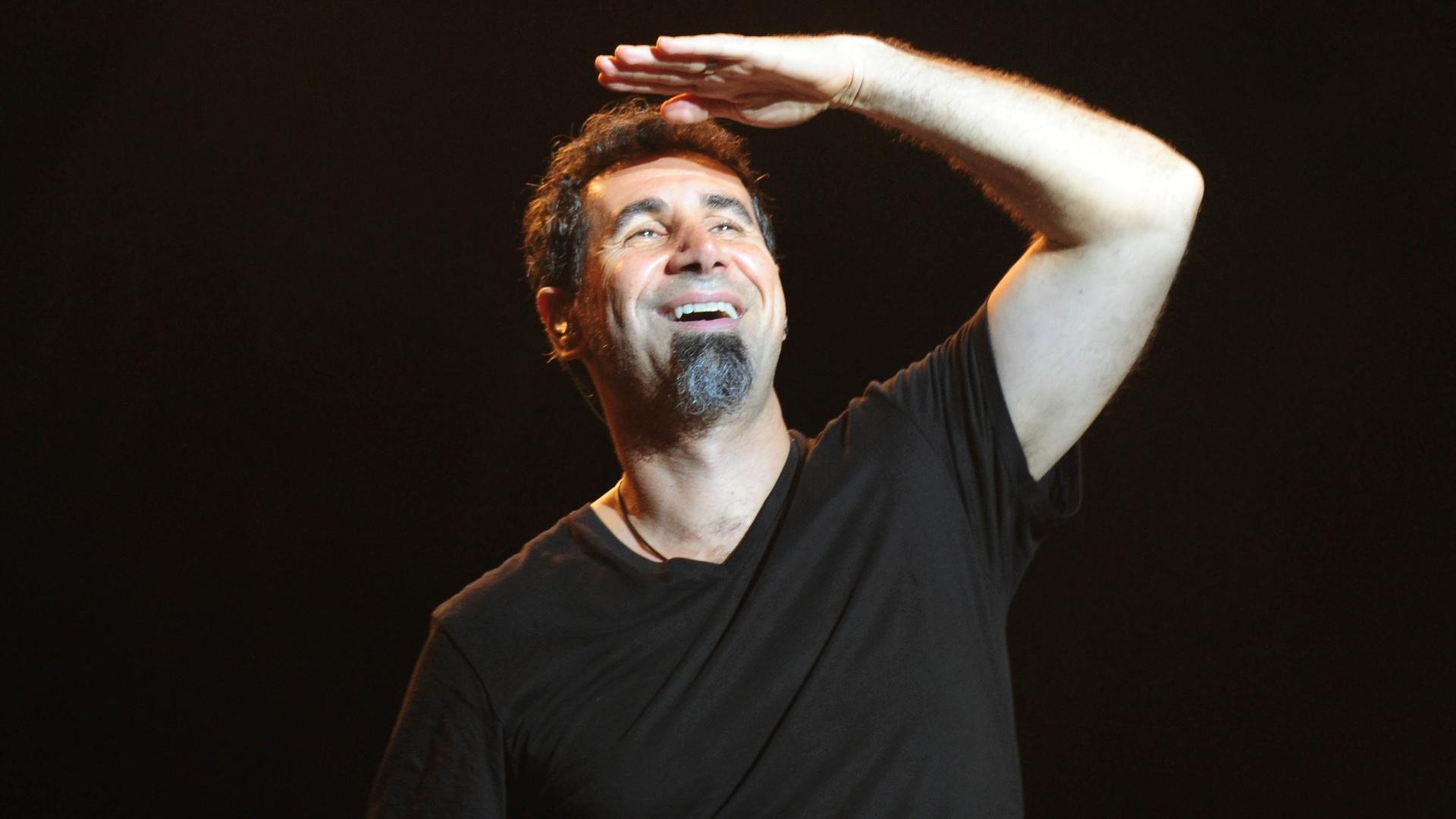 25.set.2015 - O vocalista Serj Tankian da banda de metal americana System of a Down durante show que fez na Arena Anhembi, em São Paulo