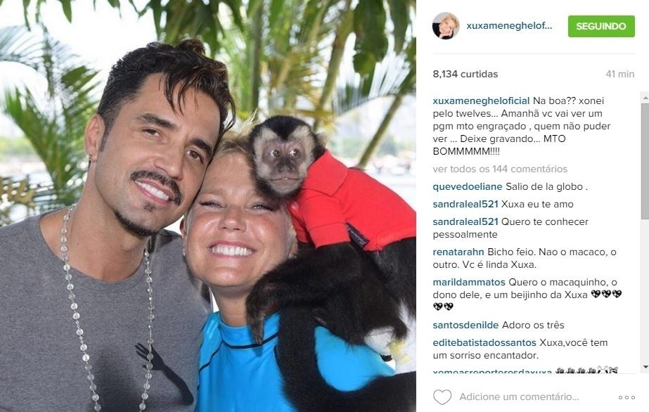 7.jan.2016 - Ao lado de Latino, Xuxa posou com o macaco Twelves no ombro
