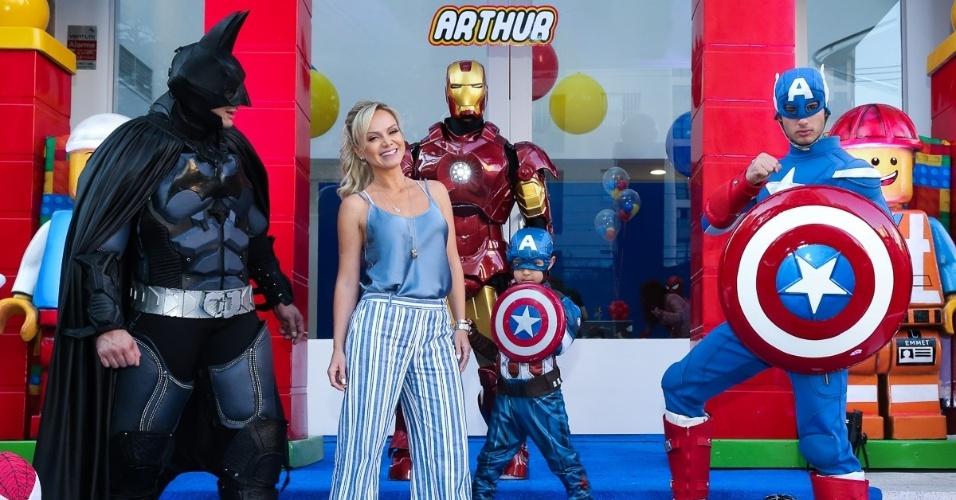 13.ago.2016 - Eliana posa com seu filho Arthur (fantasiado de Capitão América) na festa de 5 anos do menino em um buffet em São Paulo